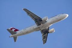 Boeing 737-700 sur un ciel bleu Image stock