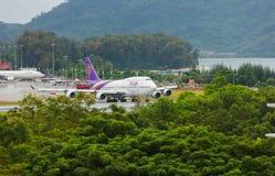 Boeing 747 tailandeses en la pista foto de archivo