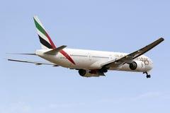 Boeing 777-300 tar på av Royaltyfri Bild