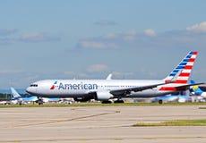 Boeing 767 taxiing przy lotniskiem Zdjęcie Royalty Free