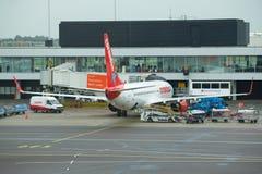 Boeing 737 TC-TJI von Corendon Airlines zum Schiphol-aeroport an einem bewölkten Tag Lizenzfreie Stockbilder