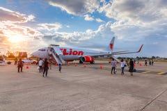 Boeing 737-900 thailändska Lion Air landade på den Ubon Ratchathani flygplatsen Arkivfoton