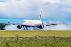 Boeing-767 Transaero, αερολιμένας Tumen, Tumen Ρωσία στις 27 Ιουλίου 2014 Στοκ Εικόνες