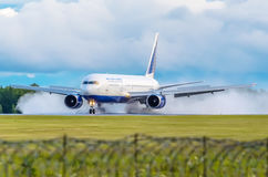 Boeing-767 Transaero, aéroport de Tumen, Tumen Russie le 27 juillet 2014 Photo stock