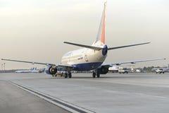 Boeing 737 Transaero aan de baan wordt gesleept die royalty-vrije stock foto's