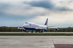 Boeing 747-400 Transaero flygbolag beskattar landningsbanan på flygplatsen Fotografering för Bildbyråer