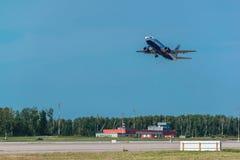 Boeing 737-500 Transaero flygbolag tar av från flygplats Royaltyfria Foton