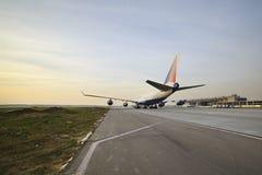 Boeing 747 Transaero que taxiing à pista de decolagem Imagens de Stock Royalty Free