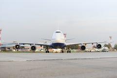 Boeing 747 Transaero som bogseras till landningsbanan Royaltyfria Foton