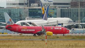 Boeing 737 TUIfly que lleva en taxi después de aterrizar almacen de video