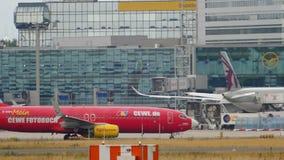 Boeing 737 TUIfly que lleva en taxi despu?s de aterrizar almacen de video