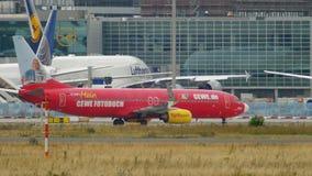 Boeing 737 TUIfly que lleva en taxi despu?s de aterrizar almacen de metraje de vídeo