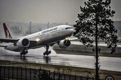 Boeing 777 Turkish Airlines som tar av från Istanbul Arkivfoto