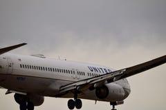 Boeing unido que entra para uma aterrissagem foto de stock