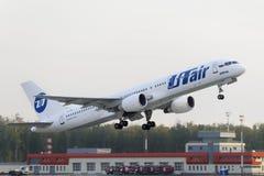 Boeing 757-200 Utair flygbolag tar av Arkivfoto
