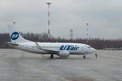 Boeing 737-500 UTair linia lotnicza na asfalcie przy lotniskowym Pulkovo (VQ-BJQ) Fotografia Stock