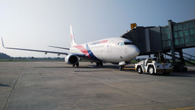 Boeing 747 väntande på logi royaltyfri fotografi