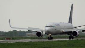 Boeing 767 van Air Astana-luchtvaartlijnen kwam aan stock footage