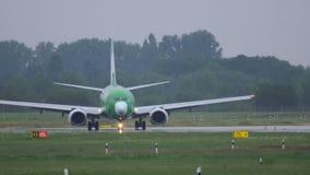 Boeing 737 van het taxi?en van Vlieggermania stock videobeelden