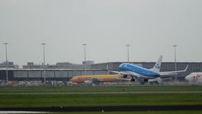 Boeing 737 van KLM-luchtvaartlijnenstart en beklimt stock footage