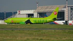 Boeing 737 VC-BRR von S7 Airlines-Mit einem Taxi fahren stock video footage