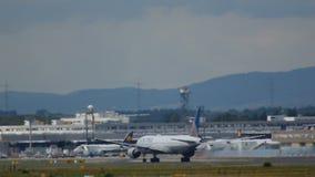 Boeing 777 versnelt en stijgt op stock videobeelden