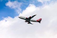 Boeing 747 Virgin Atlantic gagnant l'altitude après décollage de l'aéroport de Heathrow de Londres Photo libre de droits
