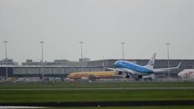Boeing 737 von KLM-Fluglinien sich entfernen und klettern stock footage