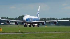 Boeing 747 von Luft-Brücken-Frachtfluglinien entfernen sich stock video footage