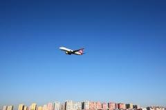 Boeing 737-800 von Turkish Airlines gezeigt über Istanbul-Stadt, landend an internationalem Flughafen Ataturk Lizenzfreies Stockfoto