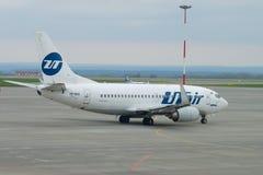 Boeing 737-500 VP-BXO av det UTair flygbolaget på flygfältet i den molniga Maj morgonen, Kazan Arkivbild