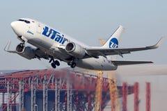 Boeing 737-500 vq-BJO van Utair-luchtvaartlijnen die bij de internationale luchthaven van Vnukovo opstijgen royalty-vrije stock afbeelding