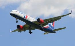 Boeing 757-200 (VQ-BKF) av företaget Azur Air, innan att landa i den Pulkovo flygplatsen Royaltyfria Bilder