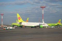 Boeing 737-800 VQ-BKW auf dem Flugplatz von Domodedovo-Flughafen Lizenzfreies Stockfoto