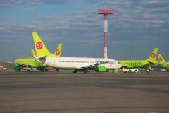 Boeing 737-800 VQ-BKW der Welt des Bündnisses eins auf dem Flugplatz von Domodedovo-Flughafen moskau Stockfotos