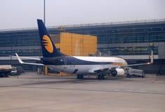Boeing 737-800 in werking gesteld door Jet Airways bij de internationale Luchthaven van Delhi royalty-vrije stock fotografie
