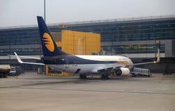 Boeing 737-800 in werking gesteld door Jet Airways bij de internationale Luchthaven van Delhi royalty-vrije stock afbeelding