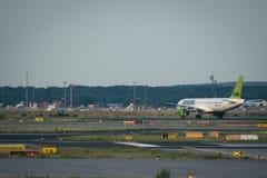 Boeing 737 YL-CSB allant décoller Image libre de droits