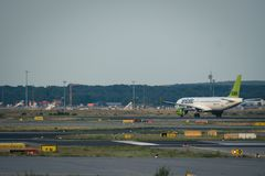 Boeing 737 yl-CSB die gaan opstijgen Royalty-vrije Stock Afbeelding