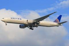 Boeing 777 Zlany obrazy royalty free