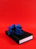 Boek als gift voor Kerstmis stock afbeelding