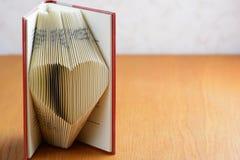 Boek die hart vouwen stock fotografie