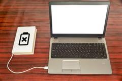 Boek die van laptop laden Stock Foto's