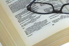 Boek door Shakespeare en glazen Stock Foto