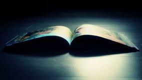 Boek in een donkere ruimte op de vloer stock footage