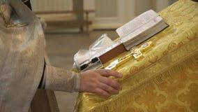 Boek in een kerk stock videobeelden