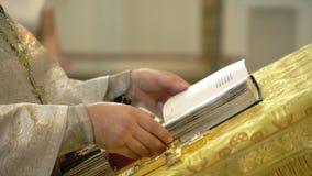 Boek in een kerk stock footage