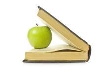 Boek en appel stock foto's