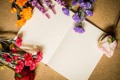 Boek en bloemen op houten lijst Royalty-vrije Stock Afbeelding