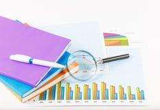 Boek en documenten grafieken succesvol voor zaken Stock Fotografie